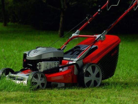 Бензиновая газонокосилка алко на траве