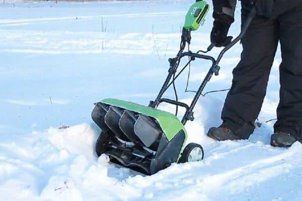 Электрический снегоуборщик