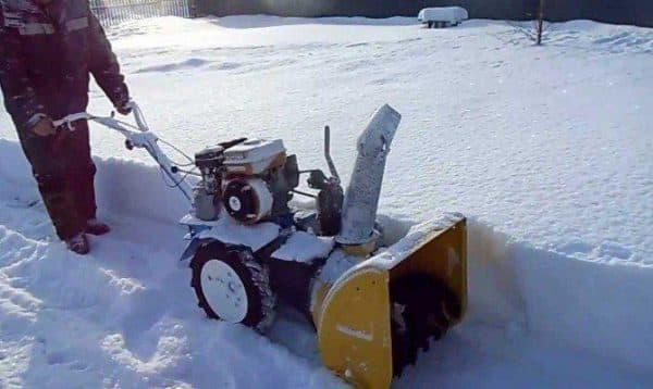 Мотоблок с лопатой для уборки снега