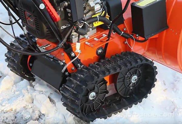 Гусеничный снегоуборщик
